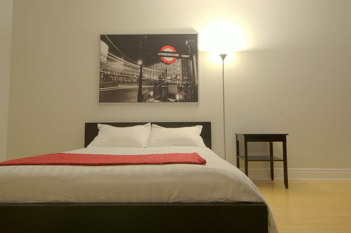 Room Fancy Red w/ Private Bath - Downtown Central