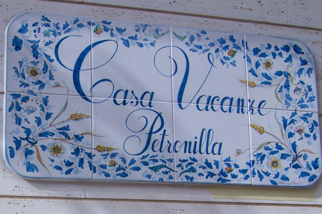 Insegna della casa vacanze realizzata e dipinta a mano,in ceramica di Caltagirone