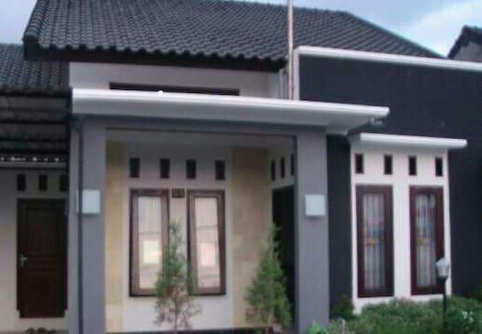Rinjani Getaway Udayana Mataram - Mataram - House