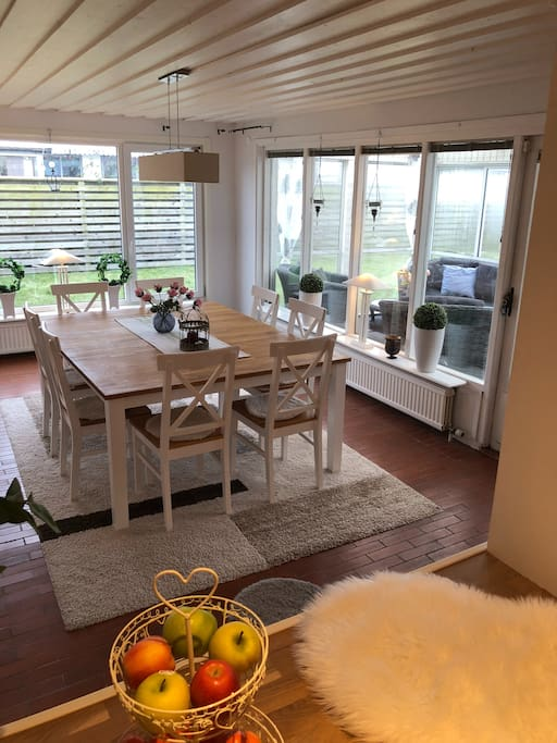 Big dinnertable and passage to outdoor room and garden
