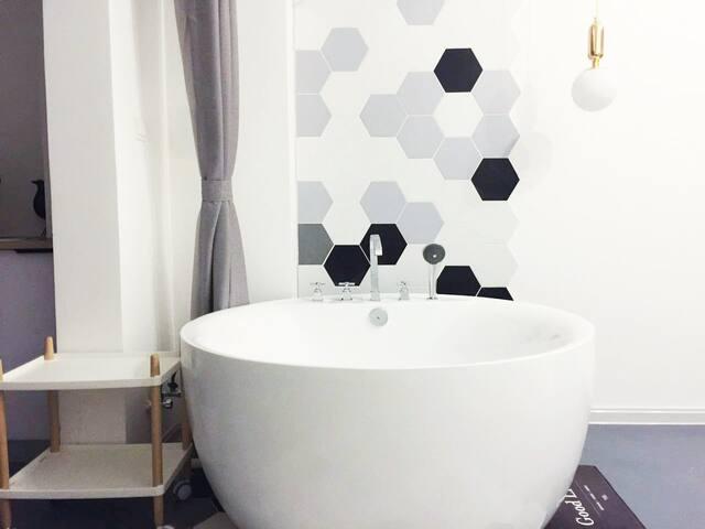 Y 城墙。浴缸房