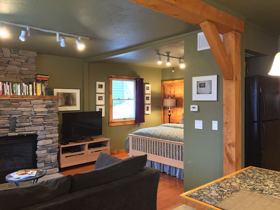 """Cozy livingroom  with fireplace and 46"""" cable TV."""
