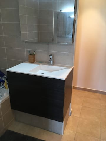 Chambre avec salle de bains indépendante
