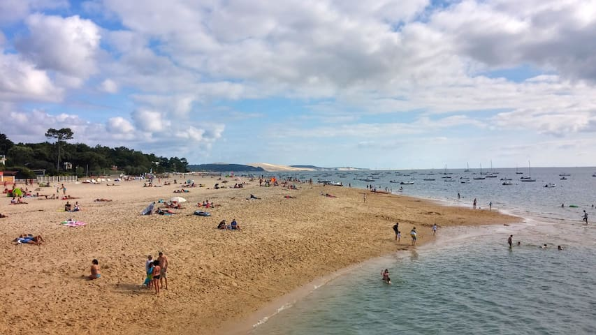 Les plages du Moulleau et les lieux de baignades dans le bassin et départ fluvial pour le Cap-ferret et l'Aiguillon le port de plaisance d'Arcachon.