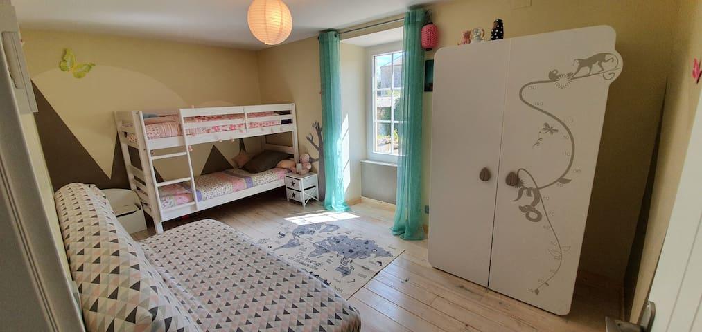 chambre avec lit superposé 140x190 et lit d'appoint(clic clac) 140x190