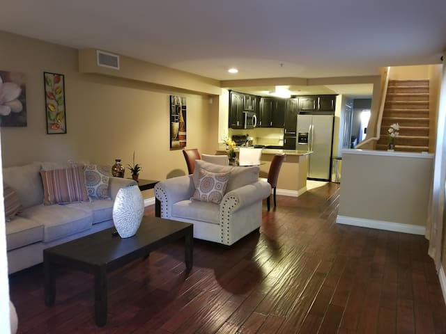 Beautiful and Spacious Carson/Long Beach Condo