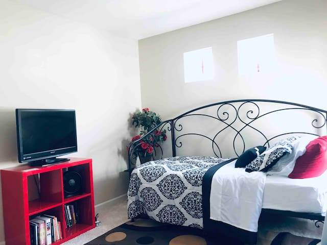 **Cozy, clean private room minutes from airport**