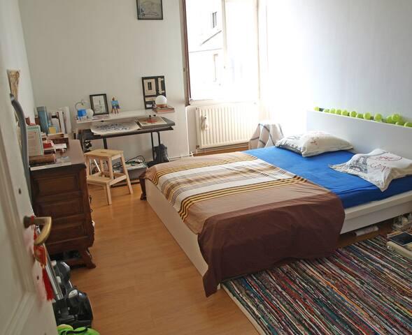 Chambre spacieuse et lumineuse avec coin bureau