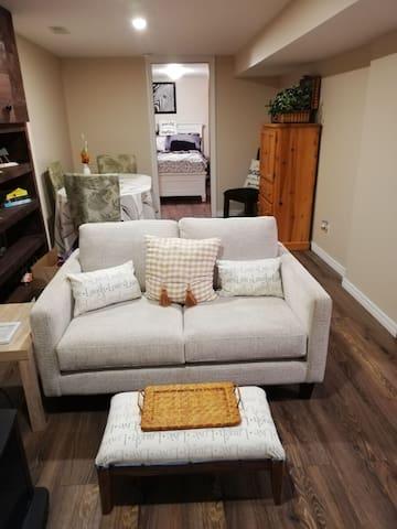 Cozy 1 bedroom Apartment by Victoria Hospital