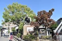 御所に向かって土下座している銅像は通称土下座前と呼ばれています