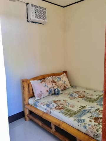 LAIYA BATANGAS WHITE BEACH: Room DAISY for 2-3 pax
