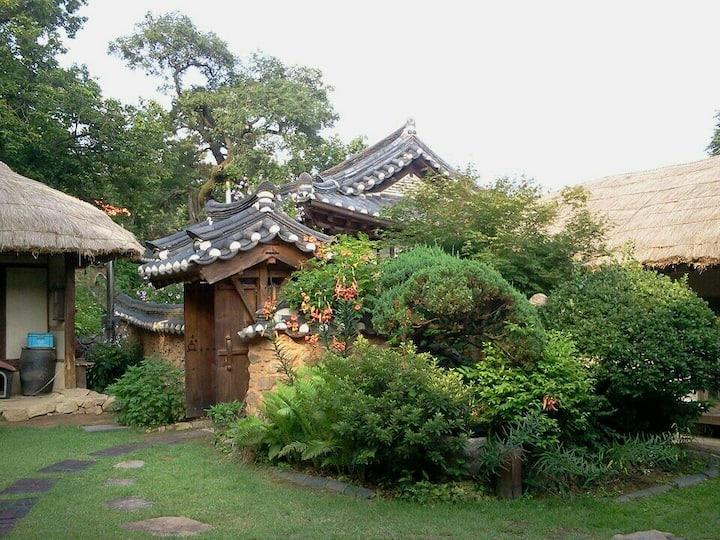 Korean Traditional house Han-ok (청주한옥체험 '고선재' 2인실)