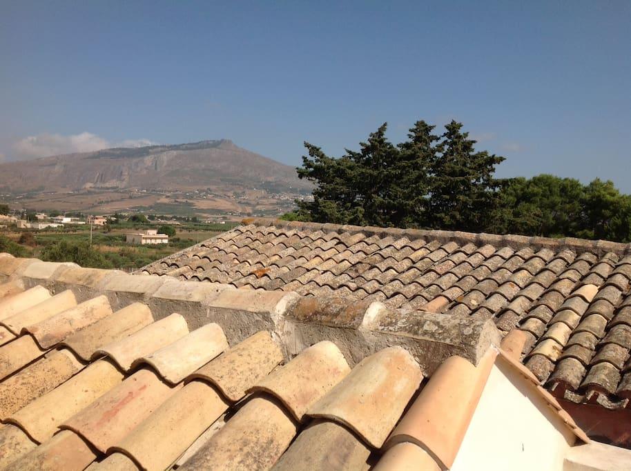 Vista sui tetti del casale e Monte Erice sullo sfondo