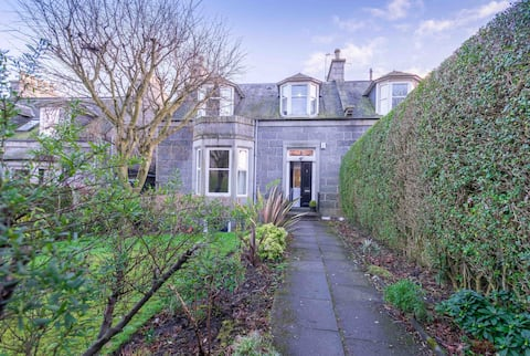 Lovely Central 2 Bed Flat Quiet Location Own Door