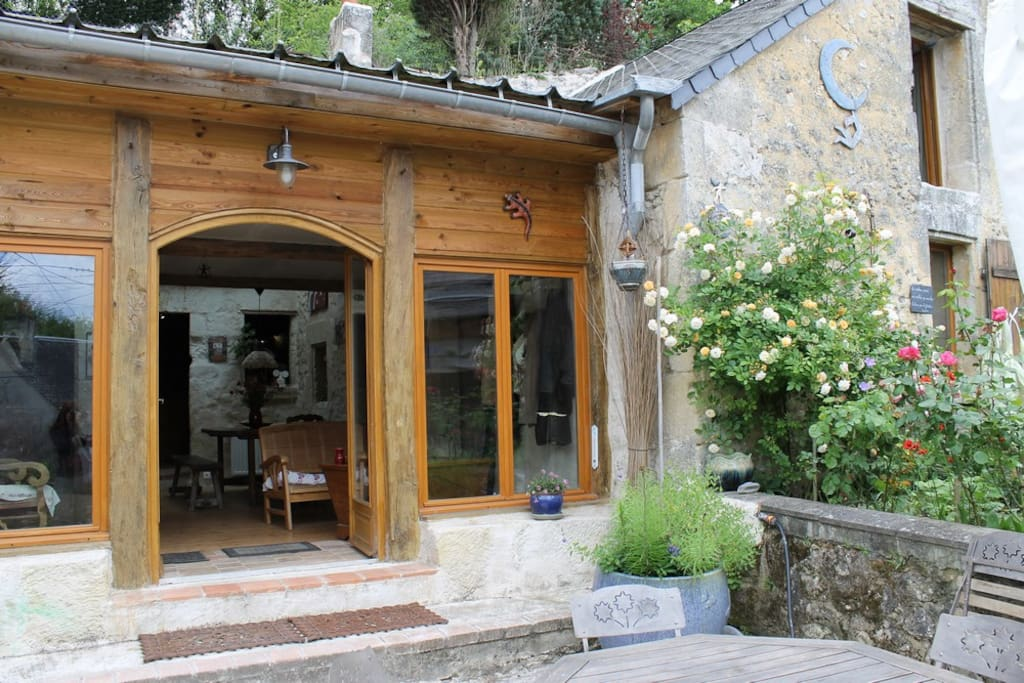 L'entrée de la maison, avec une de ses terrasses, ses fleurs, ses sculptures...