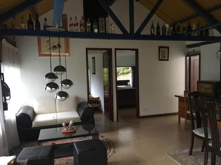 Espaciosa, cómoda y acogedora casa completa.