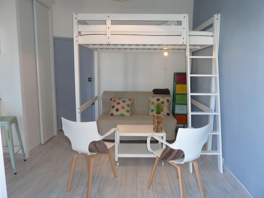 Un lit 2 places en mezzanine et un canapé-lit en dessous.