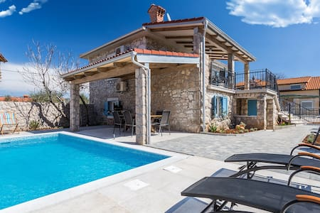 Old Stone House Apartment With A Swimming Pool