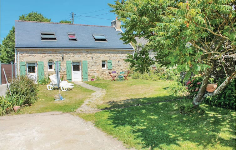 Holiday cottage with 2 bedrooms on 82 m² in Plouhinec