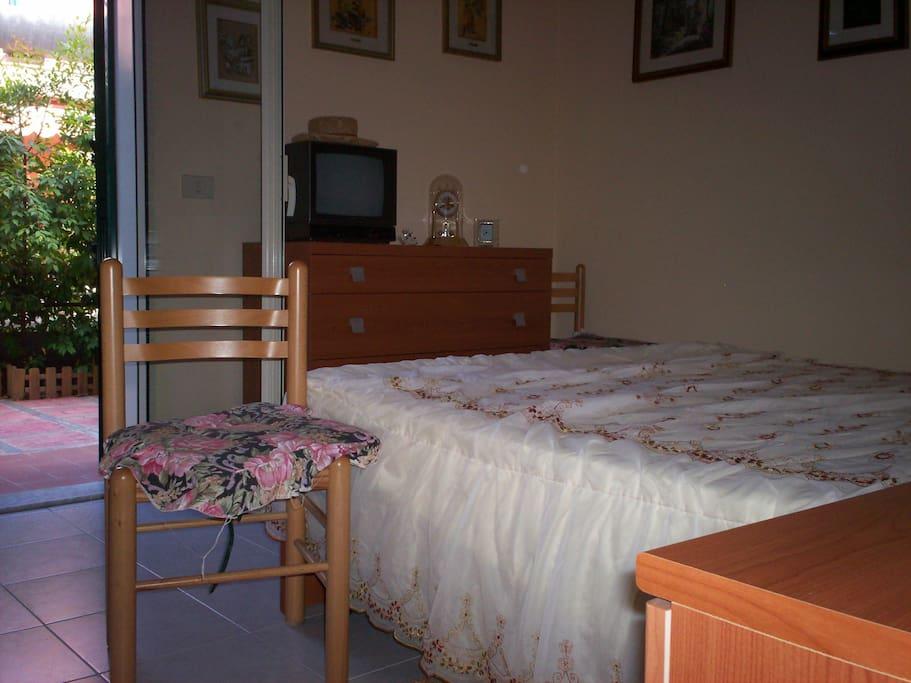 camera da letto con accesso diretto alla veranda posteriore, ventilata e discreta.