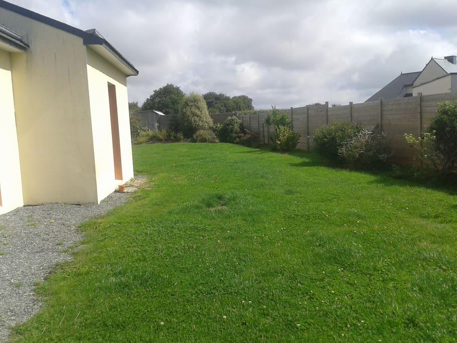 Les claustras nous séparent des voisins pour laisser place à un grand jardin sans vis à vis