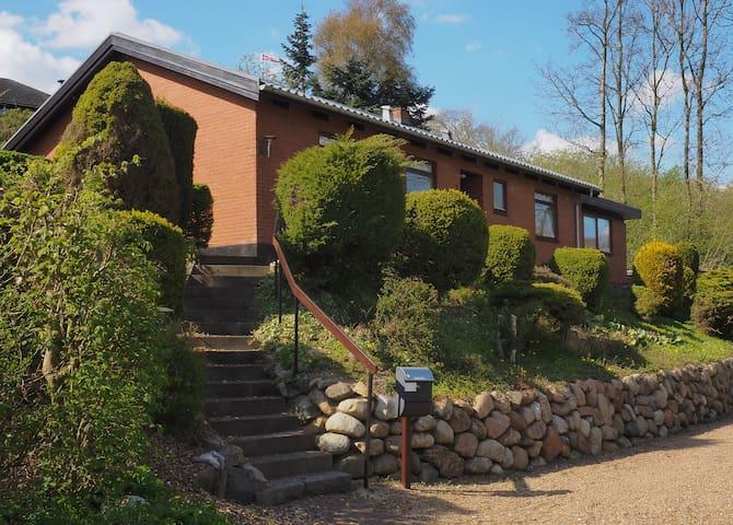 Hus i grønt område,ned til Sø+mølle - Lunderskov
