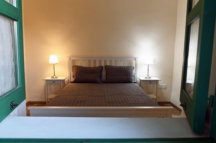 Υπνοδωμάτιο 1: Διαθέτει υπέρδιπλο κρεβάτι, κομοδίνα, a/c, ντουλάπα. Η θέα από το υπνοδωμάτιο είναι εκπληκτική!