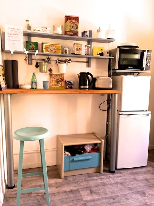 La cuisine-bar avec micro-onde, et frigidaire.