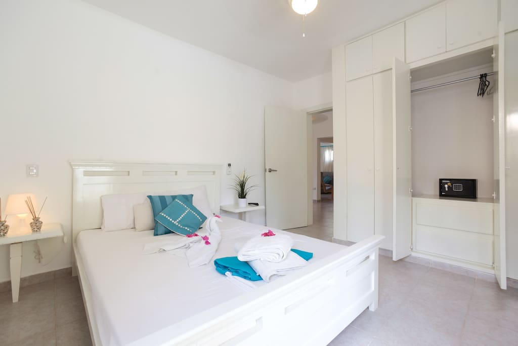 very comfortable bedrom with private Bathroom and balcony / WIFI / Air Conditioner / Safe / TV /