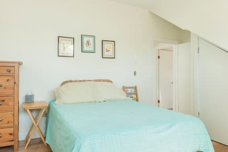Large sunny room,near Camb/Boston - Arlington