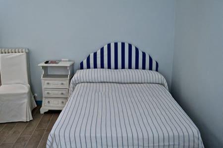 Camera Matrim. BLU con Bagno Privato 3 posti letto - Tortoreto