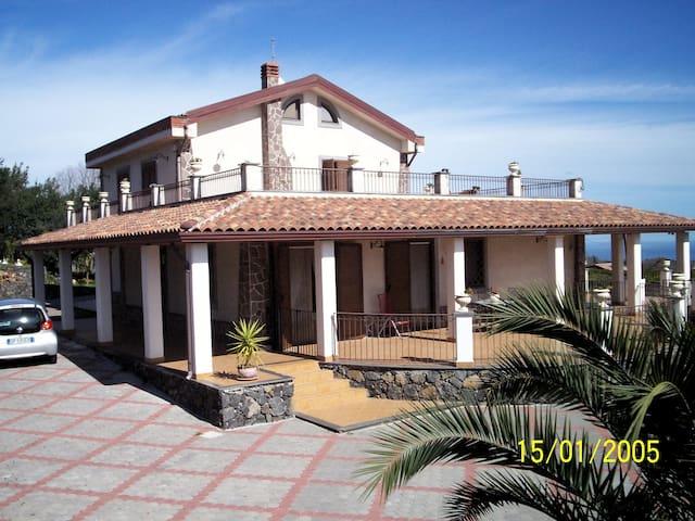 Villa immersa nel verde - Linera