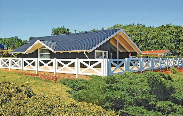 Holiday cottage with 3 bedrooms on 70m² in Sjølund