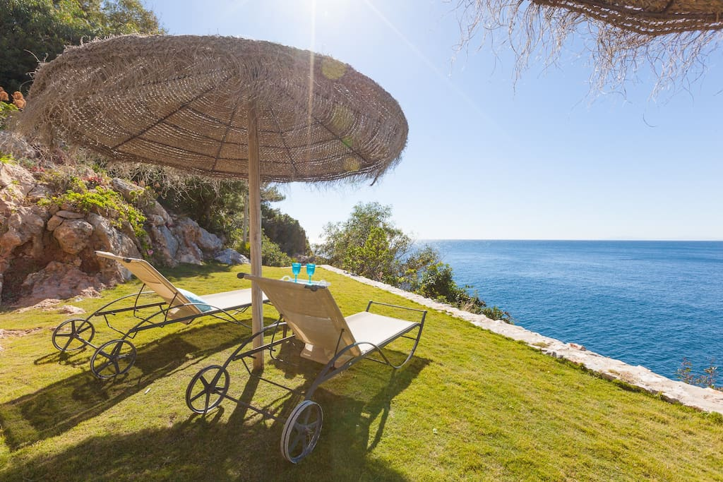 With its ocean-front location, stylish interior and unbeatable views, this is a great place to get away from it all in beautiful Southern Spain.