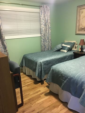 SERENE ROOM WITH 2 TWIN BEDS, INCLUDES BREAKFAST