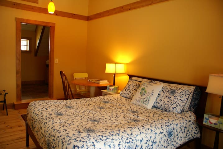 Farmstay Queen Bedroom & pvt Bath - Northfield - Dom