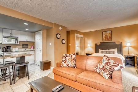 Renovated walk-to-lift condo w/ fireplace & shared pool & hot tub!