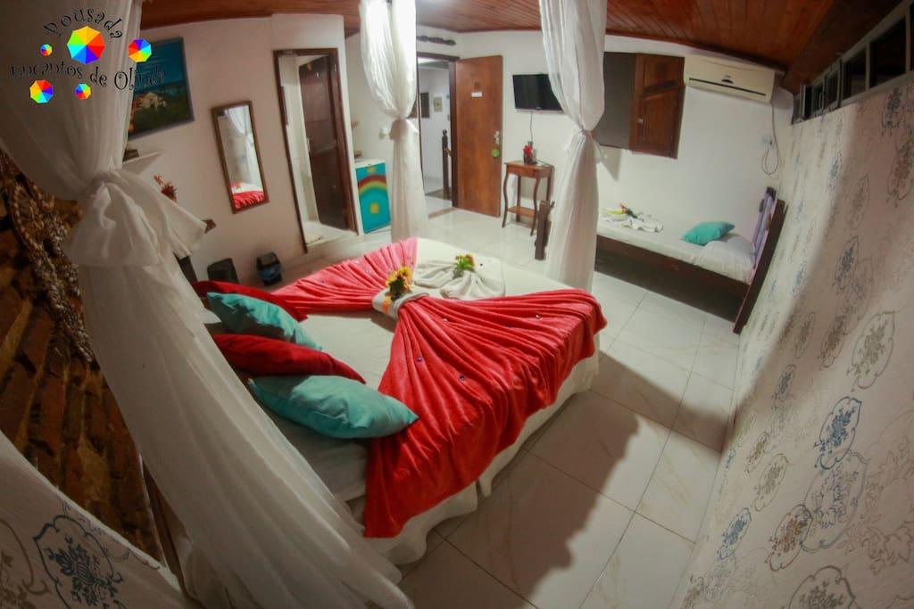 Acomoda 2 ou 3 pessoas com 1 cama de Casal e 1 cama de Solteiro, quarto completo com ar-condicionado, televisão, wii-fii e ducha com o Café da Manhã incluso no Valor da Diária , DUAS PESSOAS R$120,00 TRÊS PESSOAS R$160,00 reais.