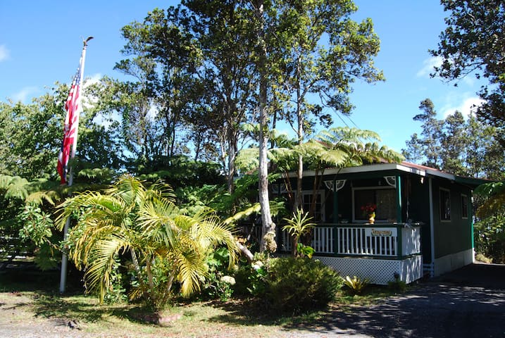The Artist Cottage,  Heart & Warmth & Charm  Aloha - Volcano - Bed & Breakfast