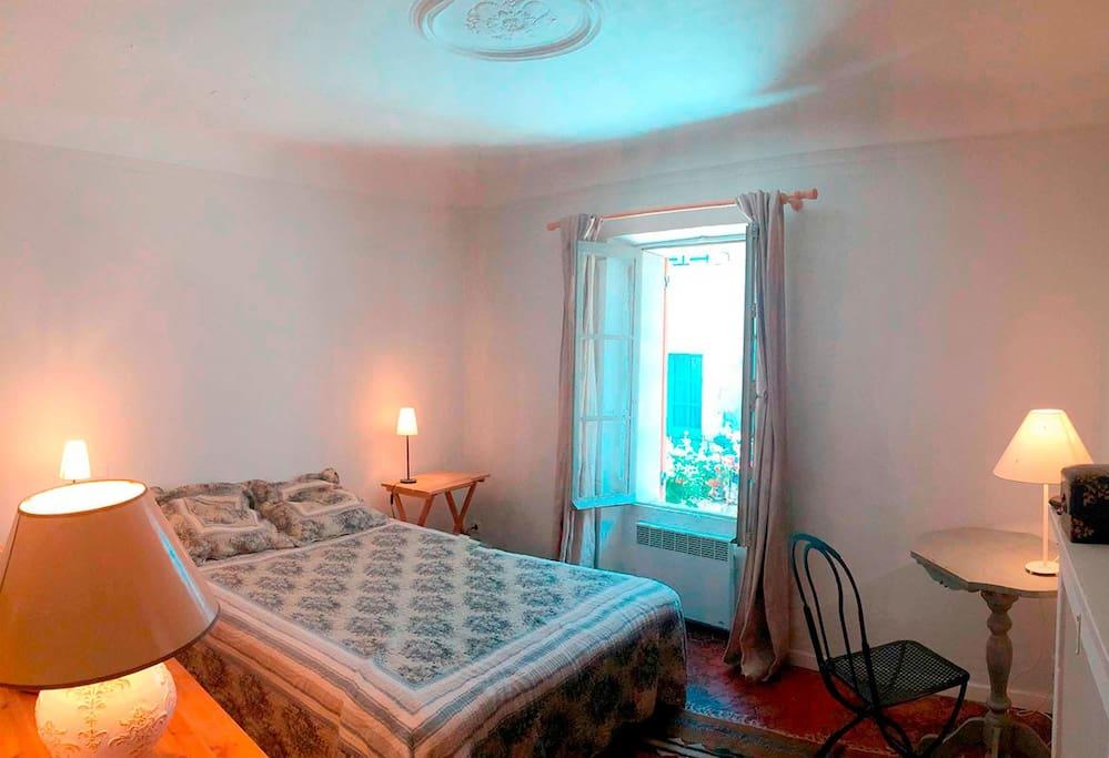 Chambre 2 - côté ruelle (lit double)
