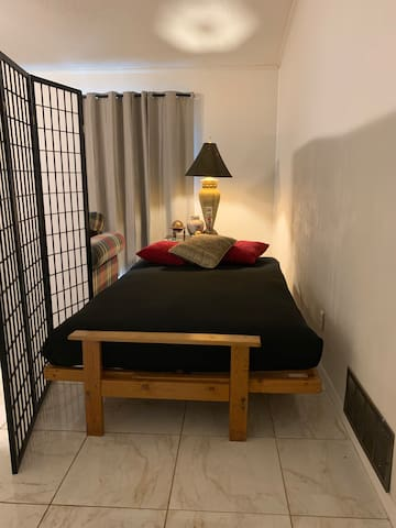 Quiet comfy futon bed + screen, UTD, bus, WiFi