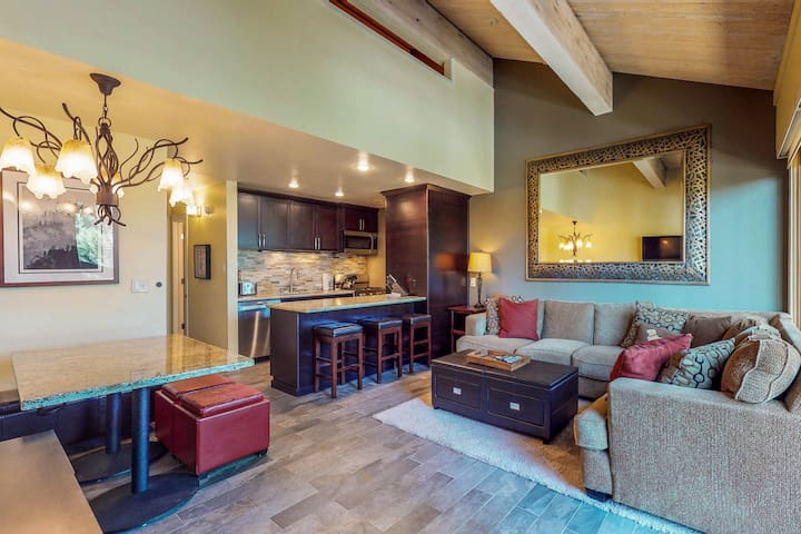 Ski-in/out condo w/shared pool, tennis, gym & more - golf nearby!