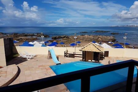 Village na beira da praia em Itapuã (3 suítes)