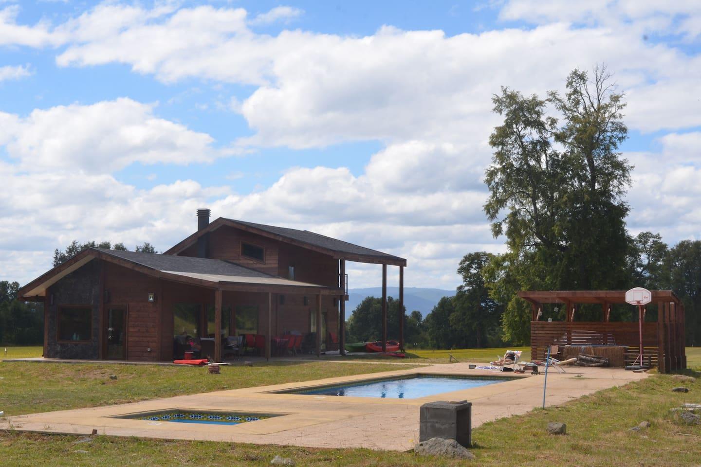 Vista general casa con piscina temperada