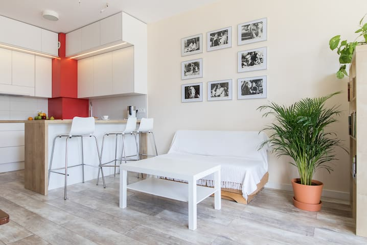 Chris's apartment 7 minutes from Chopin Airport!