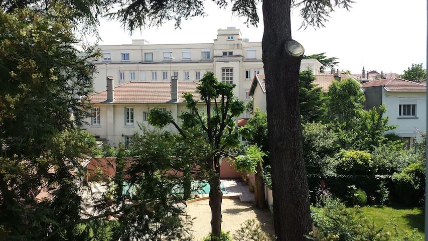 Balconnet situé coté cour pour apprécier le calme d'un séjour en ville