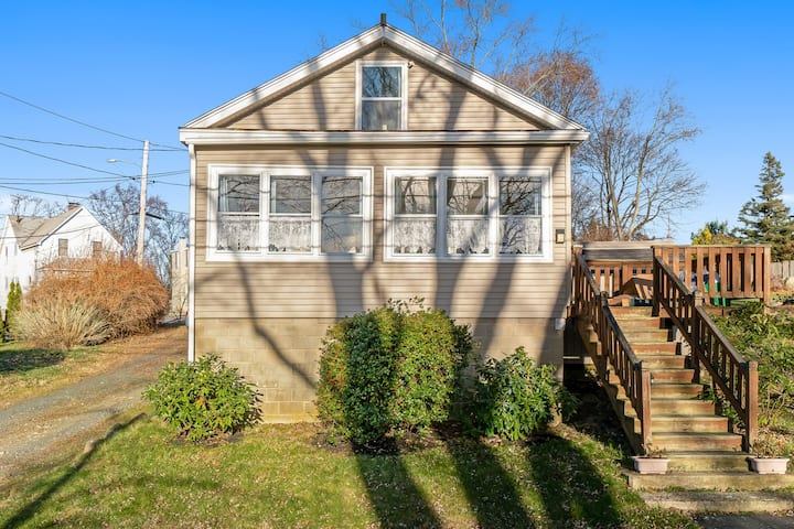 Picturesque cottage with enclosed deck - close to Salem & the ocean!