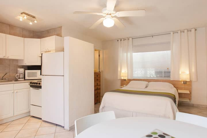 Two Bedroom Queen, Steps from Hollywood Beach