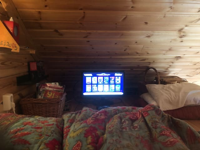 Sleeping loft in small cabin. Including a Sega Mini Drive with two consoles and 40 retro games. Perfect for youngsters!