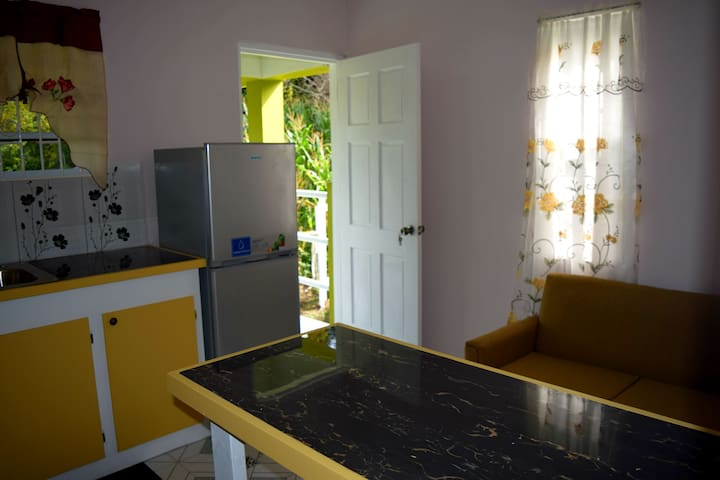 Airport View Apartments, Yellow Poui
